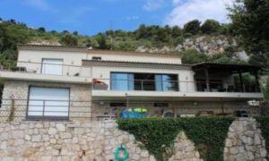 Belle villa en pierre, style moderne avec piscine